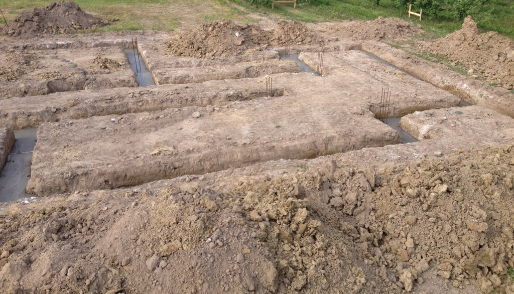 wykopane fundamenty , budowa domu systemem gospodarczym