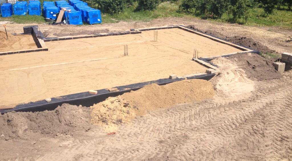 Wykonywanie posypki piaskowej - budowa domu Systemem Gospodarczym