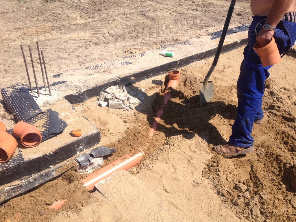 Wykonywanie kanalizacji - budowa domu Systemem Gospodarczym