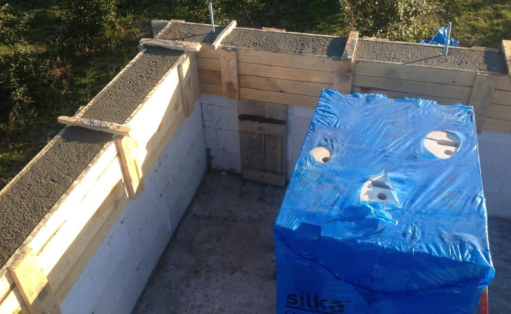 budowa domu - zalanie belki wieńcowej na ściankach kolankowych