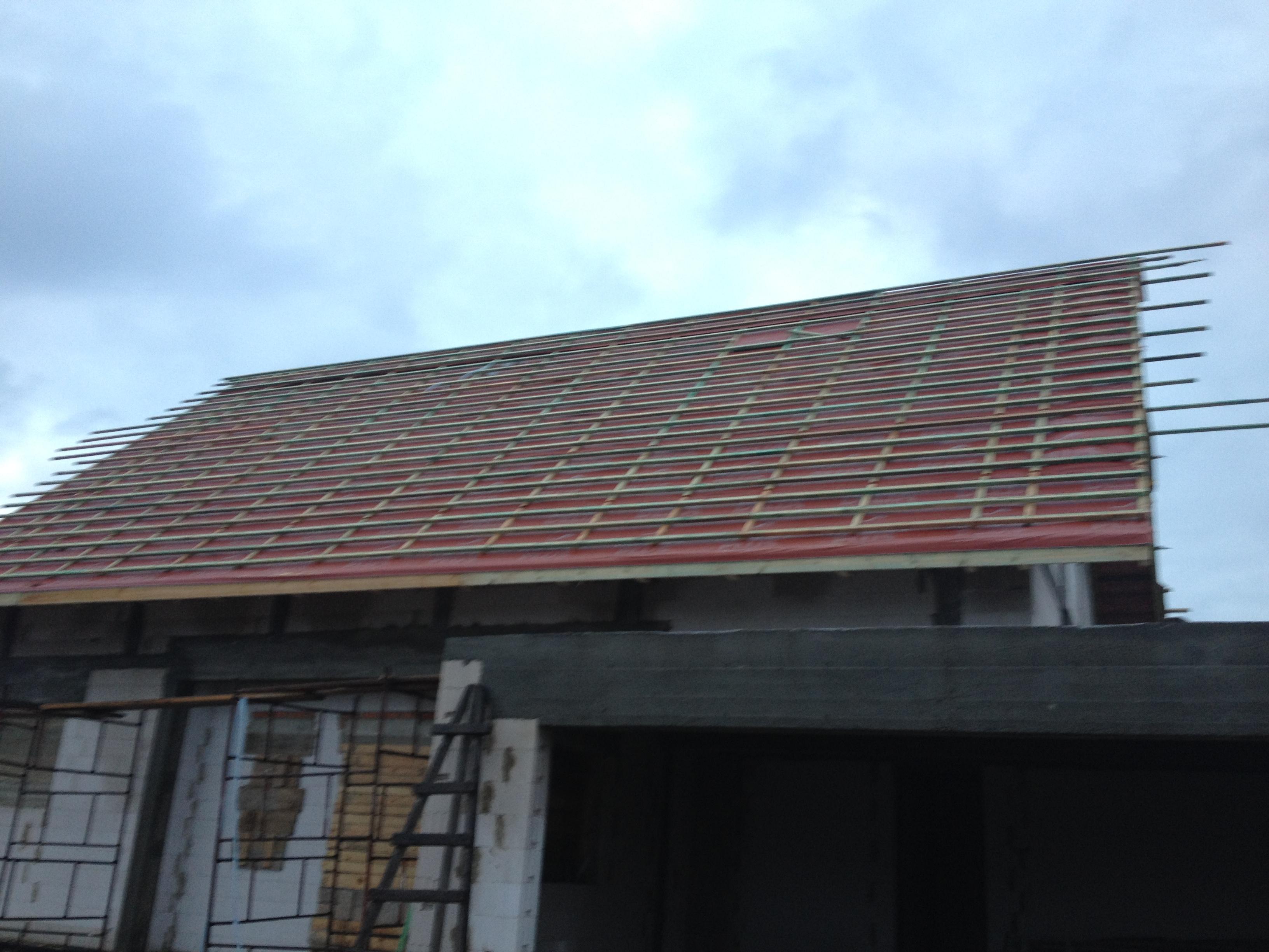 Krycie dachu folią dachową.