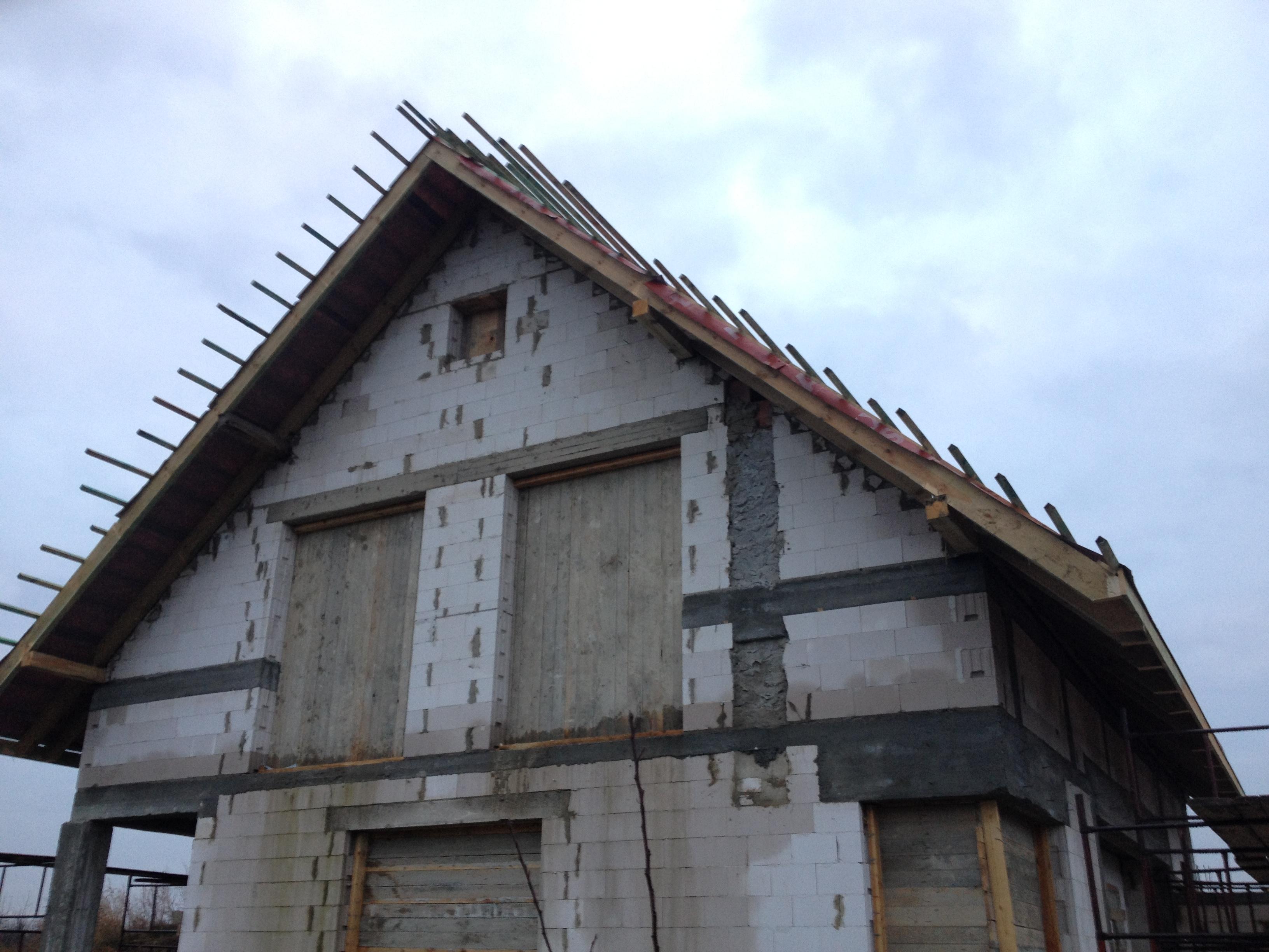 Szczyt domu , widać ile dach wystaje od ściany.