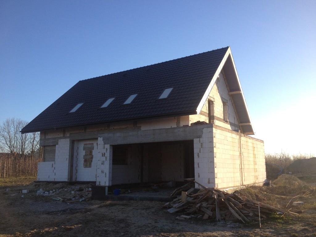 Wykonanie pokrycia dachowego, montaż okien dachowych i orynnowania